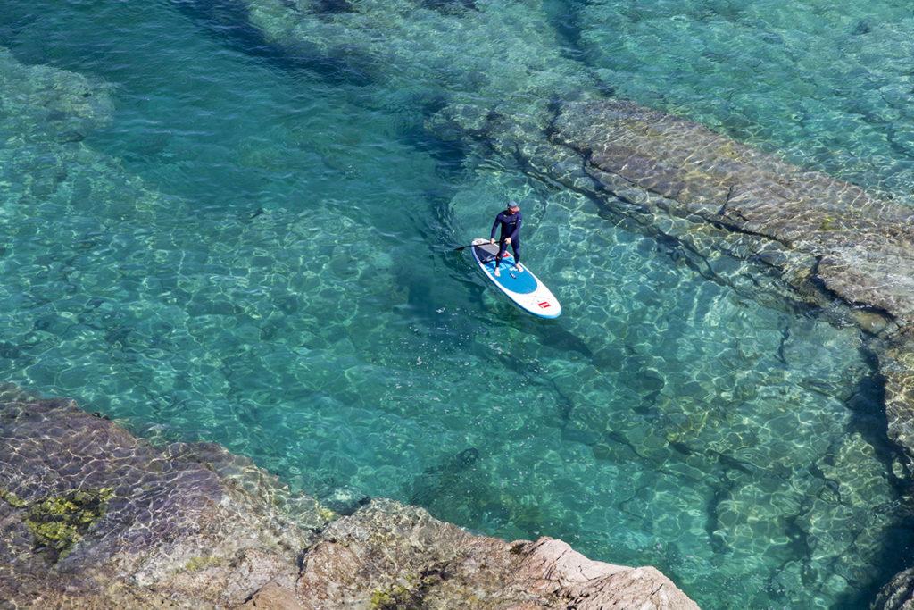 Cornish Rock Tors 2017 04 19 SUP Port Gaverne 02 Soc